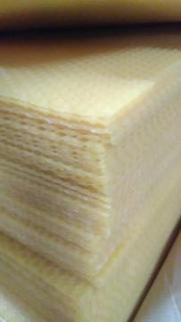 Cire gaufrée d'abeille pour cadre de ruche - Achat de feuiiles de cire garantie d'opercules 1er choix, pour cadre dadant au kilo, matériel apicole en Normandie